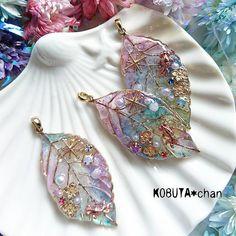 Resin Jewelry, Jewelry Crafts, Jewelry Art, Jewelry Design, Handmade Accessories, Fashion Accessories, Synthetic Resin, Kawaii Jewelry, Diy Resin Crafts