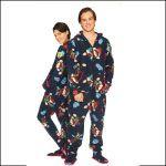 Pyjama combinaison  polaire avec capuche et pieds.  Motif  petits singes.  Un beau  pyjama original pour homme et pour femme