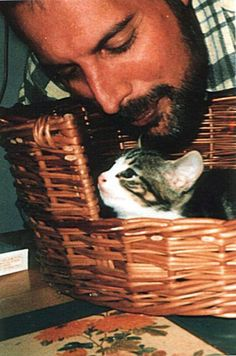 Freddie Mercury with a kitten. I ❤️ you Freddie Mercury! Crazy Cat Lady, Crazy Cats, Celebrities With Cats, Celebs, Famous Celebrities, Patricia Highsmith, Men With Cats, Somebody To Love, Queen Freddie Mercury