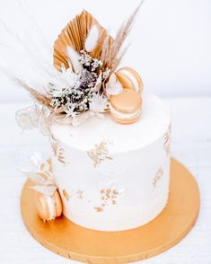 Hello Beauty Wir sind ganz verzaubert von diesem goldenen Trockenblumentraum Was sagt Ihr? ________________________________________ #weddingcakes #cakedesign #weddingparty #torte #bride #weddings #weddingcakedesigner #hochzeitsfotografie #hochzeitsfieber #hochzeit2021 #hochzeitstorte #hochzeitstorten #weddingcake #weddinginspiration #weddingseason #weddingparty #weddingdress #weddingvibes #weddinginspirations #hochzeit #pastasiparisi #trockenblumenliebe #trockenblumen #trockenblumendeko… Cake Pops, Table Decorations, Handmade, Beauty, Home Decor, Wedding Photography, Flowers, Deco, Hand Made