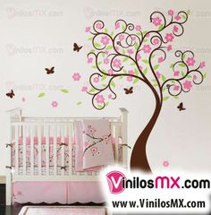 El vinilo es una perfecta opción para la decoración de interiores, en este caso encontramos en la habitación de una nena un hermoso árbol y mariposas entre colores rosa, morado, blanco y marrón. Regalando la armonía perfecta para un ambiente agradable.