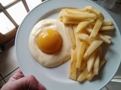 Eggs and French fries? Yogurt, a canned peach, and apple slices. Awesome And Easy Pranks To Get You Ready For April Fools' Day pics) Huevos Fritos, Gula, Apple Slices, Snacks, Food Humor, The Fool, Chefs, Kids Meals, Good Food