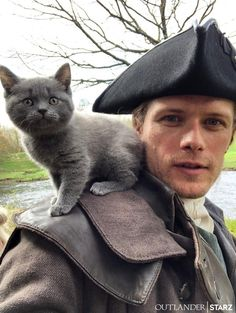 Sam Heughan with newest cast member, Adso the Cheetie for Outlander Season 5 of The Fiery Cross Jamie Fraser, Fraser Clan, Outlander Casting, Outlander Tv Series, Starz Outlander, Gabaldon Outlander, Outlander Characters, Diana Gabaldon, Men With Cats