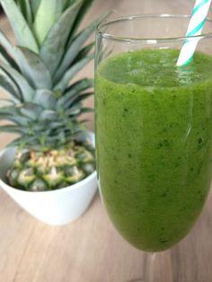 Tropical Juice recept || groente en fruit  Ingrediënten   2 dikke schijven ananas Halve mango 1 handje basilicum blaadjes 2 flinke handen spinazie 200 ml kokoswater