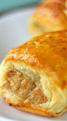 Australian Sausage Rolls are a seasoned sausage wrapped in a flaky, buttery pastry. They are delicious for breakfast, lunch, or dinner, or as an appetizer. Sausage Rolls Puff Pastry, Chicken Sausage Rolls, Homemade Sausage Rolls, Puff Pastry Recipes, Thermomix Sausage Rolls, Cheesy Chicken, Australian Meat Pie, Aussie Food, Australian Recipes