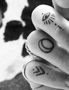 Resultado de imagen para tatuajes en las manos para mujeres