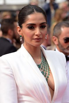 "Sonam Kapoor – ""Once Upon a Time in Hollywood"" Red Carpet at Cannes Film Festival Indian Actress Hot Pics, Bollywood Actress Hot Photos, Indian Bollywood Actress, Bollywood Girls, Beautiful Bollywood Actress, Actress Photos, Bollywood Style, Bollywood Fashion, Beautiful Girl Indian"