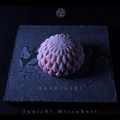 #一日一菓 #菓道 「 #箸切菊 」 #wagashi of the Day #HASHIKIRIGIKU #煉切 製 #箸切り 今日から9月、菊の季節になりました。 9日は「 #重陽の節句 」アジア圏では旧暦にて #月餅 が定番ですが、日本では「重陽に月餅」という風習はあまり見かけず、新暦の今月9日「 #菊の節句 」とも呼ばれます。 #菊 は #桜 と並んで和菓子のデザインが沢山ありますので、 春秋はデザインに助かります。 #JunichiMitsubori #和菓子 #一菓流 #ART #アート #foodstagram #重陽