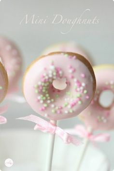 Doughnuts to go Witzige Idee für kleine Prinzessinnen The post Doughnuts to go & Backen: Donuts appeared first on Essen und trinken . Mini Donuts, Doughnuts, Mini Cupcakes, Donut Birthday Parties, Donut Party, Birthday Cake Pops, Comida Para Baby Shower, Donut Recipes, Dessert Recipes