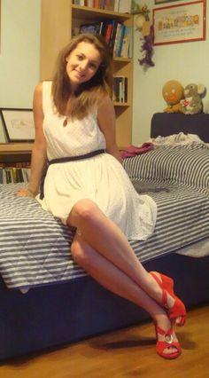 Vestito crema pois blu scarpe zeppe rosse estate happiness