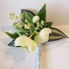 En las bodas y en la vida en general los pequeños detalles marcan la diferencia... las novias prestan mucha atención al ramo pero los novios también merecen un detalle floral cuidado. Éste es uno de los dos que preparé para el novio de la boda de la semana pasada quería que pudiera elegir a su gusto el que le hiciera sentir más cómodo. . . Que bonito es el hellebore!! . . . . . . . . . #enelbosque #enelbosqueflorece #flowers #flores #flower #flor #naturaleza #nature #naturelovers #granada…