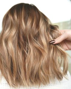Copper, golden, honey blonde balayage hair color - Hairstyles For All Medium Blonde Hair, Blonde Hair Shades, Golden Blonde Hair, Brown Blonde Hair, Hair Color Shades, Curly Medium Length Hair, Dark Strawberry Blonde Hair, Golden Hair Color, Hair Color Purple