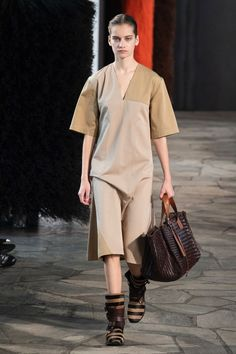 Loewe | Ready-to-Wear - Spring 2019 | Look 1 Fashion Week, Fashion Show, Fashion Brands, Loewe, Ready To Wear, Runway, Normcore, Spring, Casual