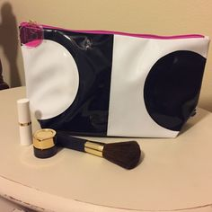 Estée Lauder Bag Estée Lauder cosmetics bag ~ Navy and White ~ Brand New ~ Absolutely Adorable (make-up brush, lipstick and cream - not included)  Estee Lauder Bags Cosmetic Bags & Cases