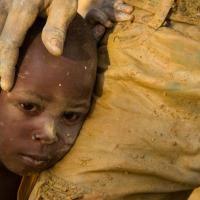 A Ouagadougou, au Burkina Faso, des centaines d'enfants travaillent chaque jour dans une carrière