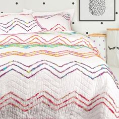 Add a pop of bold colour with this white coverlet with bright chevron details.  Available in twin and queen the Sonia Cotton Coverlet Set comes with matching shams and is a back to school favourite for any age #myQEstyle #backtoschool #coverlet #quiltset