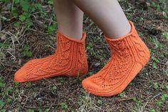 Suviyön sukkiin on yksi sukan perusmalli, jota voi käyttää kolmelle eri pitsille. Pitsikuvioista voi valita mieluisimman tai toteuttaa koko sarjan!