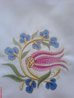This Pin was discovered by Ner Sewing Machine Embroidery, Embroidery Works, Gold Embroidery, Free Machine Embroidery Designs, Embroidery Stitches, Jacobean Embroidery, Lesage, Brazilian Embroidery, Embroidery Techniques