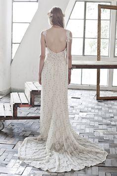 Vestido de noiva fluído, bordado com alças e cauda leve em renda. Vestido: Carla Gaspar    Vestida de Noiva   Blog de Casamento por Fernanda Floret   Blog de Casamento