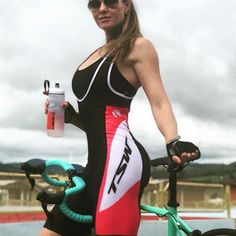 Yes, I'm a lady looking sexy in Lycra bike shorts,.but, I wish this was a beer in my water bottle. Women's Cycling, Cycling Girls, Cycling Wear, Cycling Outfit, Cycle Chic, Triathlon, Radler, Road Bike Women, Bike Reviews