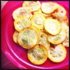 Homemade zucchini chips with curry flavour. Great for kids! >> Recipe on www.francescakookt.nl