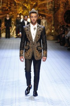 Discover videos and pictures of dolce & gabbana summer 2019 menswear Mens Fashion Blazer, Men Fashion Show, Mens Fashion Week, Men's Fashion, Dolce And Gabbana Suits, Dolce Gabbana, Style Brut, Style Costume Homme, Fashion Week Hommes