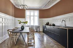 En herskablejlighed på Østerbro skabt til et nyt familieliv | bobedre.dk Wood Kitchen Cabinets, Modern Cabinets, Kitchen Tiles, Kitchen Dining, White Cabinets, Easy Home Decor, Home Decor Kitchen, Colour Architecture, Black Kitchens