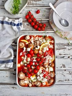 Helppo kanavuoka on arkipäivien piristävä pelastus, tuoden myös samalla ruokapöytään ihania Välimeren makuja. Esivalmisteluun menee vain muutama minuutti ja uuni hoitaa loput. #kanavuoka #arkiruoka #uuniruoka #kana #feta #herkkusieni Vegetable Pizza, Feta, Vegetables, Recipes, Foods, Food Food, Food Items, Vegetable Recipes