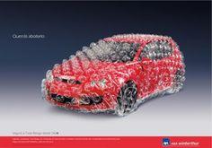 Este seguro de coche te protege tanto que te envuelven tu coche con papel de burbujas para que no le pase nada. Esto, evidentemente, no es cierto, no te envuelven el coche con papel de burbujas, lo que hacen es llamar tu atención de una manera creativa. Pero lo que si que nos dice con todo esto, es que este seguro protege al máximo tu coche.