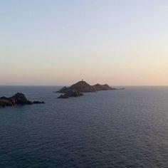 Waiting for dolphins...   Aspettando i delfini...    Poco dopo aver scattato questa foto alle Isole Sanguinarie dei delfini sono venuti a darci un simbolico saluto al tramonto... Niente male come benvenuto in Corsica!