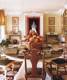 Feel like your dining room is lacking space? Check out this dining room storage idea! It includes a dining room storage with floating shelves, diy, organizing, shelving ideas, storage ideas. Traditional Interior, Classic Interior, Home Interior Design, Interior Architecture, Interior Decorating, Dining Room Storage, Dining Rooms, English Interior, Beautiful Interiors