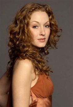 Jennifer Ferrin: Soft Autumn. It's as if her clothes emerged naturally from the colors of her body. (Truth is Beauty)