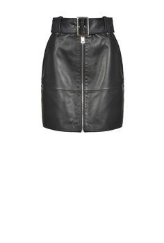 Minigonna dalla linea dritta in pelle con tasche alla francese davanti, passanti in vita per cintura e cintura abbinata con maxi fibbia metallica. Chiusura con zip metallica davanti. La modella è alta 177cm e indossa una taglia 40. La modella è alta 175cm e indossa una taglia 40. Leather Mini Skirts, Leather Skirt, Sheep Leather, Metal Buckles, Clothes For Sale, Metallica, Lingerie, Shorts, How To Wear
