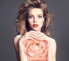 Nadchodzi jesień awraz znią nowe trendy wmakijażu. Marka Guerlain przygotowała dla kobiet produkty gwarantujące udany makijaż. Zestaw idealnie dobranych cieni, łatwy waplikacji eyer idoskonale dopasowane kolory pomadki. Wzależności odnastroju możemy być niewinne, zmysłowe iwyrafinowane. Izawsze uzyskamy efekt, októry nam chodziło! ELEGANCKA PROSTOTA INIEWYMUSZONE PIĘKNO Przy użyciu produktów marki Guerlain wykonanie makijażu …