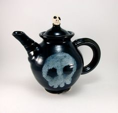 Skull teapot- not quite Corrie style Kitchen Cutlery, Kitchen Dining, Fandom Jewelry, Spooky Scary, Cool Apartments, Gothic House, Skull And Bones, Amazing Art, Tea Time