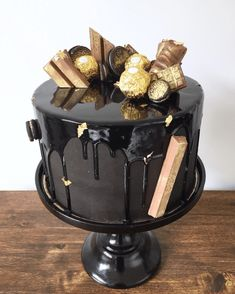 Ideas and tips for making a drip cake celebrations. The drip cakes, they are greedy cakes with chocolate flowing. Pretty Cakes, Beautiful Cakes, Amazing Cakes, Drip Cakes, Black And Gold Cake, Black Gold, Black And Gold Birthday Cake, Bolo Cake, Birthday Cakes For Men