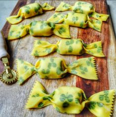 Caramelle Pasta Filled with Colcannon & Corned Beef. She adds fresh clovers between two layers of pasta to get the pattern! Corned Beef, Pasta Recipes, Cooking Recipes, Filled Pasta, Pasta Shapes, Pasta Maker, Food Concept, Fresh Pasta, Vegan Pasta