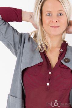Hallöchen meine Lieben, sucht ihr ein Outfit für´s Büro oder für einen gemütlichen Kaffeehausbesuch? Vielleicht kann ich da helfen? ;-)Diesmal wird´s CHiLLi´g :-D Mantel – CHiLLi Bluse Mantel, Outfit, Fashion, Addiction, Blouses, Red, Trousers, Outfits, Moda