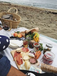 Summer is coming. Find out the best Cold Dinner Ideas to enjoy the summer! Cold Dinner Ideas, Summer Picnic, Picnic On The Beach, Summer Food, Beach Picnic Foods, Fall Picnic, Healthy Summer, Summer Drinks, Spring Summer