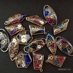 SPACE1518 MieさんはInstagramを利用しています:「. . いつもいいね!&フォローありがとうございます😉👍 . . . 以前にも制作しました、スチームパンクな月😋 意外に好評でしたので新たに制作しました😁 . 2種類制作しましたが、どちらもネックレスに仕上げています😊 . . 前回同様、超微粒子ラメを少し散りばめています✨✨…」 Diy Resin Crafts, Jewelry Crafts, Resin Jewlery, Steampunk Crafts, Epoxy Resin Art, Steam Punk Jewelry, Resin Artwork, Magical Jewelry, Resin Charms