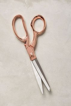 Love these Rose Gold scissors! Perfect for your desk and great to match with all your foiled stationery! Cool Desk Accessories, Rose Gold Aesthetic, Gold Everything, Gold Office, Copper Office, Office Chic, Office Decor, Rose Gold Decor, Accessoires Iphone