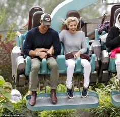 Divertimento estivo: La coppia di bell'aspetto con travi a vista da orecchio a orecchio, come sono stati visti su alcune delle giostre da brivido del parco a tema