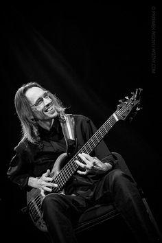 Bassist Björn Meyer. Is zo gelukkig als hij speelt, dat je zijn glimlach en energie bijna kunt bottelen. Maakt niet uit of hij zware, duistere muziek speelt of met een wat opgewekter combo: zijn bijna evangelische lach is verwarmend.