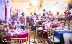Pink, azul e roxo foram combinados em uma decoração cheia de vida e energia! Os arranjos das mesas dos convidados misturavam os três tons e as toalhas alternavam as cores.