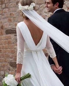 Maravillosa Claudia para desearos un feliz fin de semana! Nosotras nos ponemos las pilas para las novias de mañana!!!❤️❤️❤️ #navascues #noviasnavascues #wedding #boda #novia #bride #diseño #costura #hechoamano #diseñadora