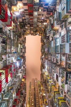 """J'adore cette photo de """"Hong Kong by night"""" ... j'avais déjà repéré des photos de ce coin incroyable sur internet sans jamais savoir où la photo avait été prise et puis un jour au détour d'une balade j'ai trouvé LE coin par hasard... Jubilation! C'était il y a quelques années... Depuis, """"grâce"""" à Instragram le coin est devenu super connu et l'accès interdit aux photographes pour ne pas déranger les habitants.   Voyagista"""