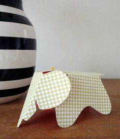 Free printable Eames paper elephant. Use it for nursery mobiles, decoration, place cards or as a garland.