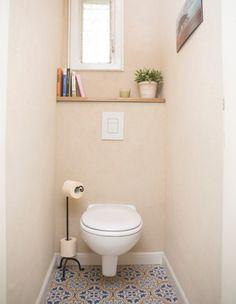 שירותים: לשירותים בחרנו את אותו הריצוף של חדר הרחצה ואת הקירות בחרנו לחפות בשליכטה צבעונית בגוון חול עם פאנל לבן להפרדה בין הרצפה לקירות.