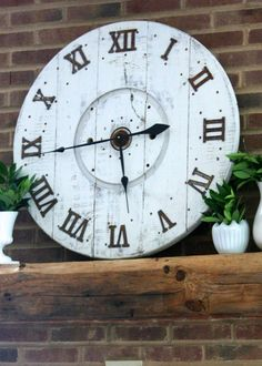 DIY Wood Spool Clock Make this clock using an old cable spool. Cable Spool Tables, Cable Spools, Cable Spool Ideas, Pallet Clock, Monogram Wall Art, Wood Crafts, Diy Crafts, Wood Spool, Globe Decor