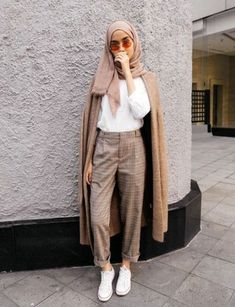 How to Wear Checked Pants For Hijab Outfit - We know some of you must be very confused with this kind of pants. These pants looks not so neutral with any other piece wardrobe because many hijabis doesnt feel confident with these pattern; Modern Hijab Fashion, Street Hijab Fashion, Muslim Fashion, Modest Fashion, Modest Outfits Muslim, Fashion Muslimah, Hijab Casual, Hijab Chic, Ootd Hijab